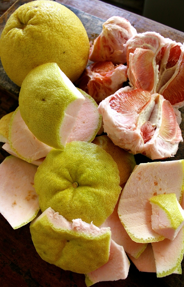 I use the thick rind and pith of the pomelo to make the marmalade.